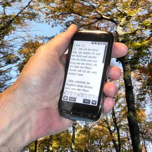 Handy im Herbst