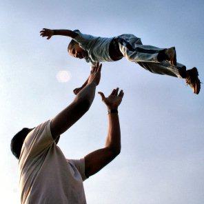 Vater und Sohn im freien Fall